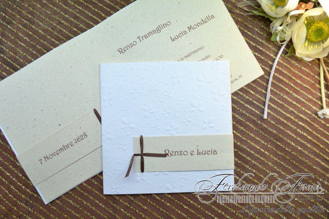 Partecipazione di nozze con fiori a secco, nastrino marrone e talloncino con nomi sposi  96006