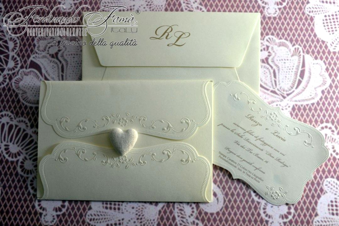 Partecipazione di nozze rettangolare con decori in perla a caldo e cuore a 'bottoncino' 96352