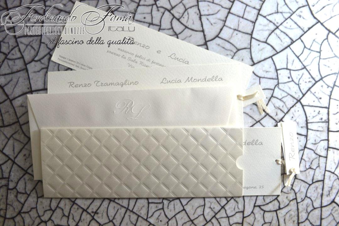 Partecipazione di nozze rettangolare con esterno in carta lucida e rombi a secco 96376