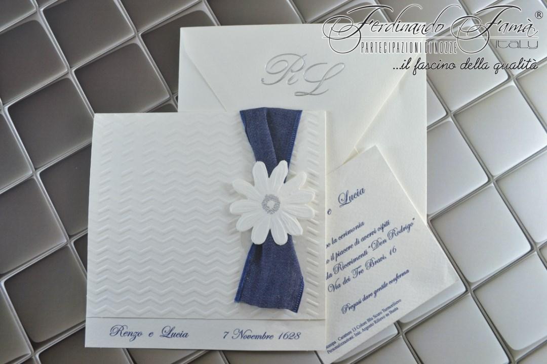 Partecipazione di nozze bianca con decori a secco, fiore e grande nastro blu 96386