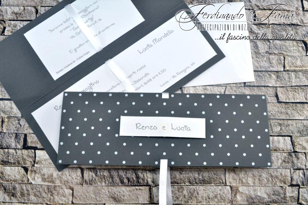 Partecipazione di nozze in cartoncino grigio scuro a pois bianchi 95377