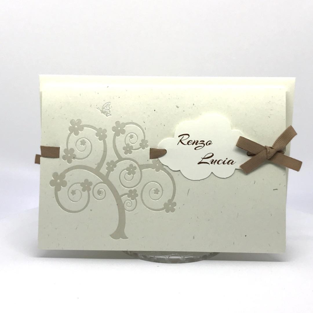 Partecipazione di nozze carta tipo riciclata con nomi in nuvoletta e nastro nocciola F1551