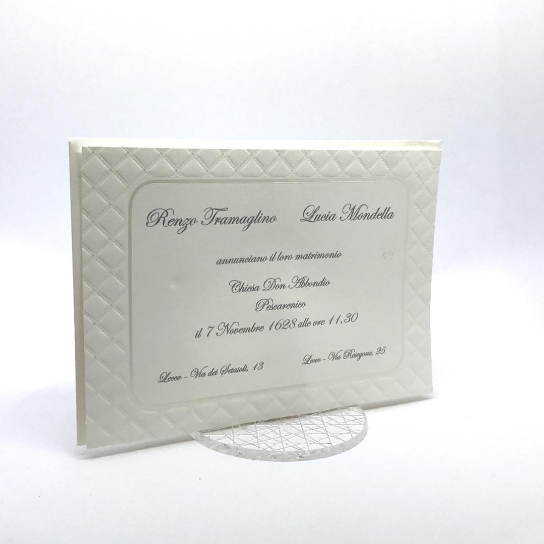 07b45dd5a005 Partecipazione di nozze bianca con rombi e cornice a caldo perla 110.881