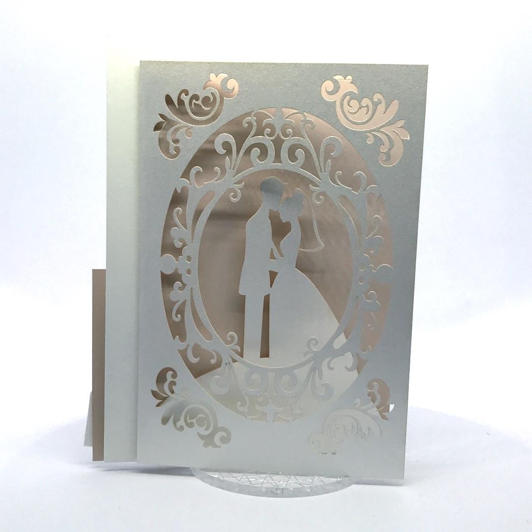 Partecipazione di nozze bianca e cipria con sposi a taglio laser F2032
