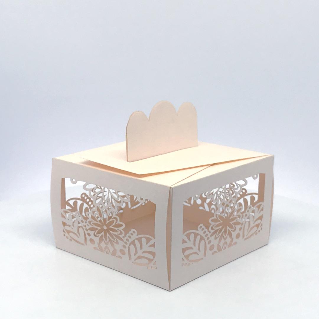 scatolina porta confetti rettangolare fiori e foglie in carta rosa perlata
