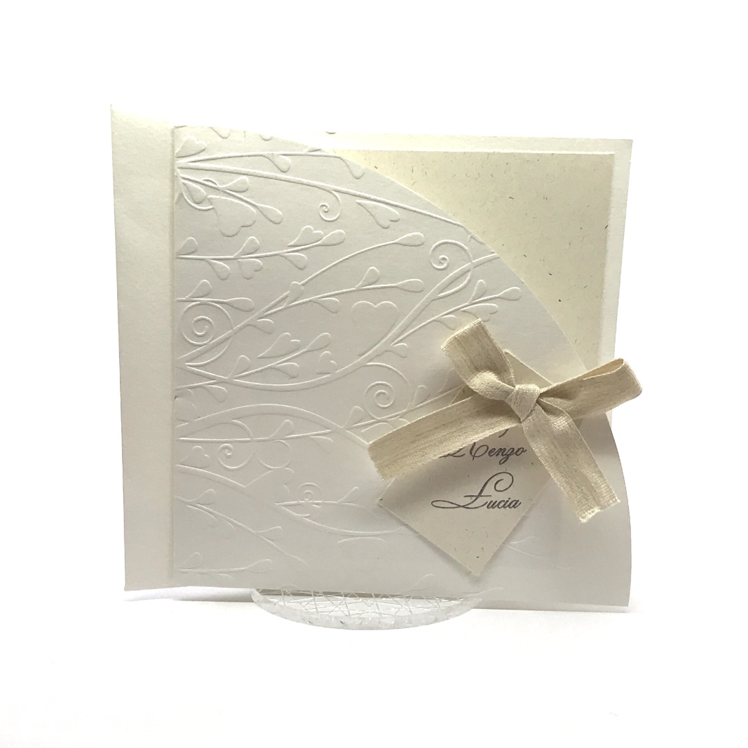 Partecipazione di nozze quadrata con decori stampati in rilievo a secco F1428