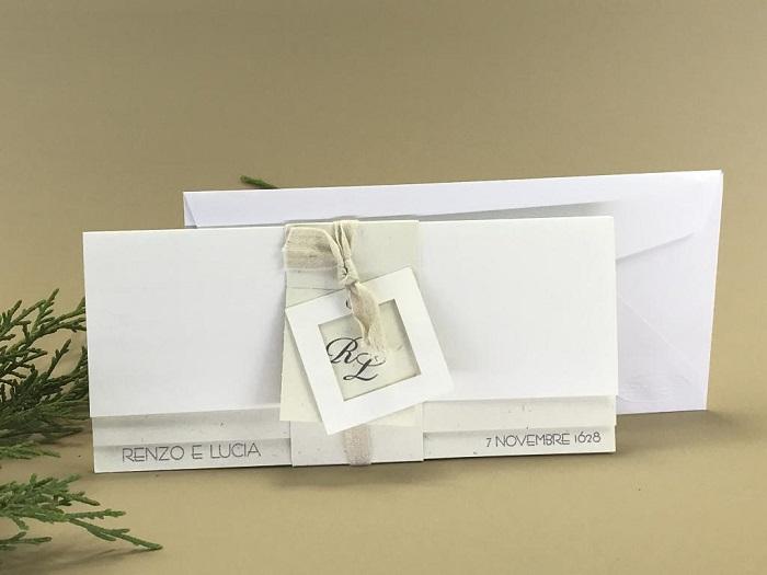 Partecipazione di matrimonio cartoncino bianco e riciclato nastro in cotone e iniziali sposi su cartoncino quadrato esterno decorativo f1623
