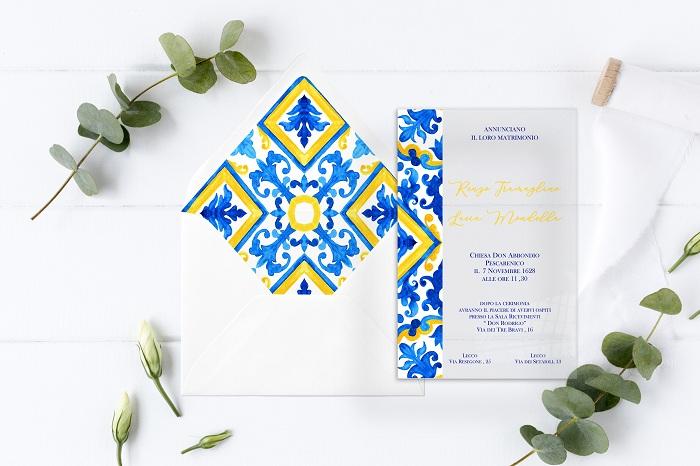 Partecipazione f39 in plexiglass trasparente con decorazione stampata a tema maioliche