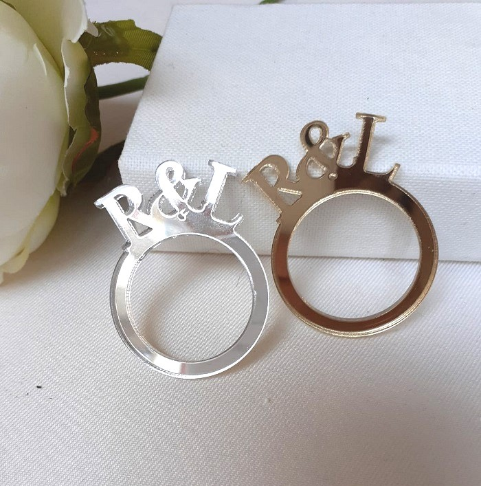 Anello decorativo per tovagliolo in plexiglass oro e argento con iniziali degli sposi a taglio laser