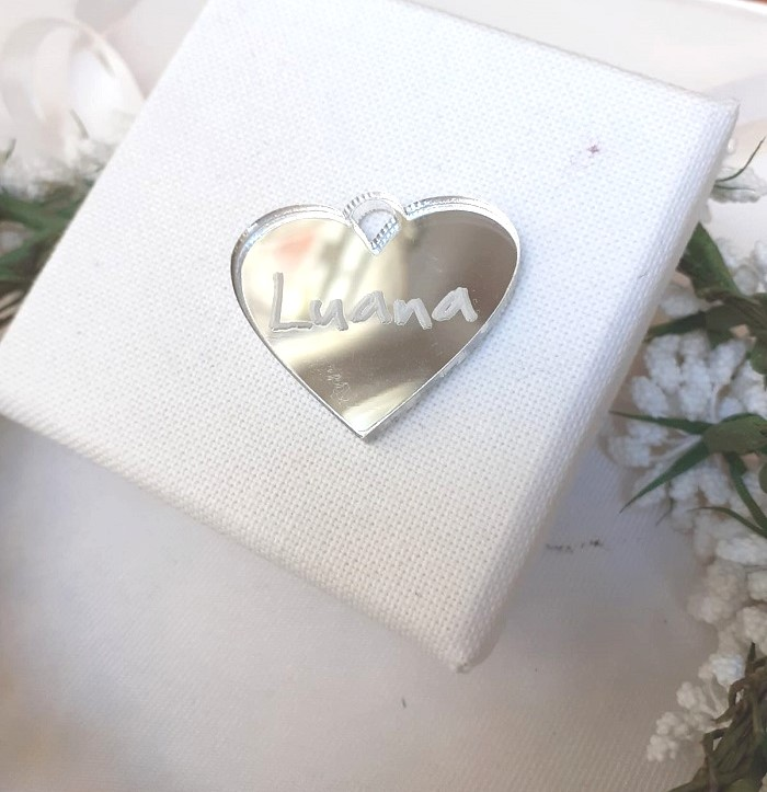 Cuore segnaposto nome invitato in plexiglass argento specchiato con incisione a taglio laser