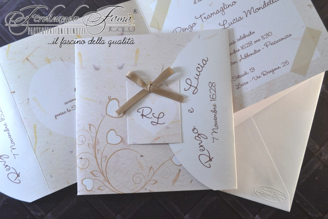 Partecipazione di nozze quadrata con decori  fiori-cuori stampati e nastrino in raso tortora F1502