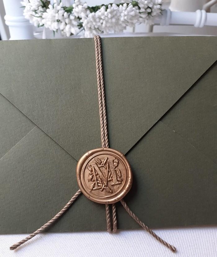 Ceralacca color oro con iniziali degli sposi personalizzate