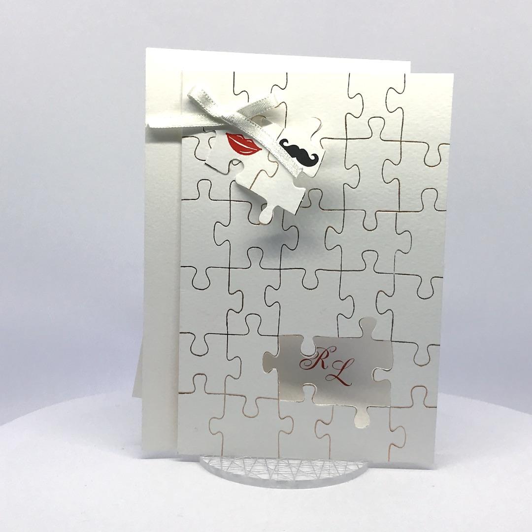 Partecipazioni Matrimonio Puzzle Prezzo.Partecipazione Di Nozze Tipo Puzzle Con Baffetto Sposo E Bacio
