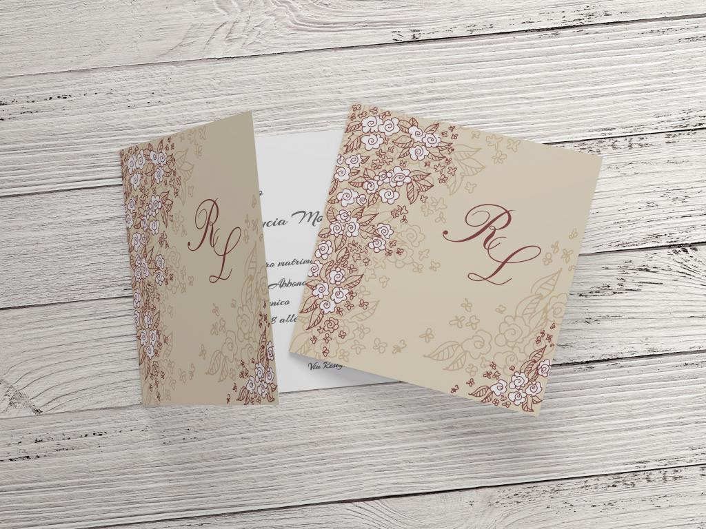 Partecipazione di nozze tema floreale bianco e marrone F1535