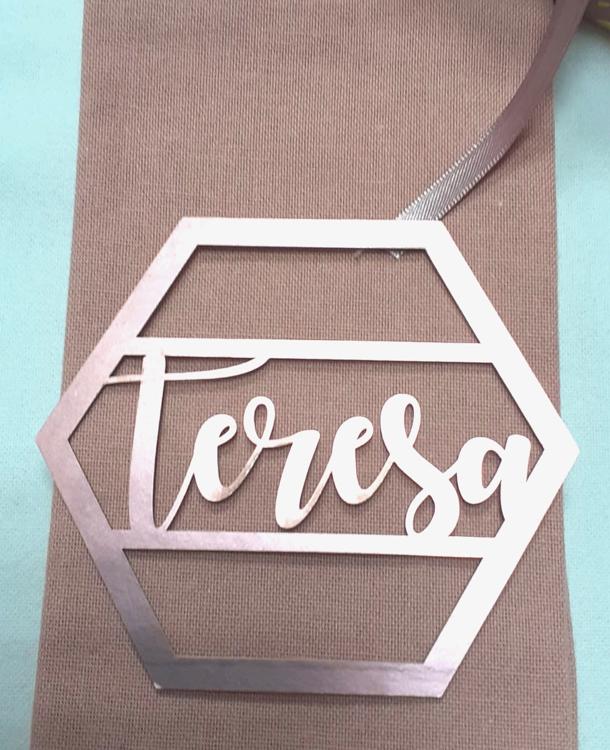 Segnaposto matrimonio nome invitato laser in forma geometrica carta metalizzata rosa