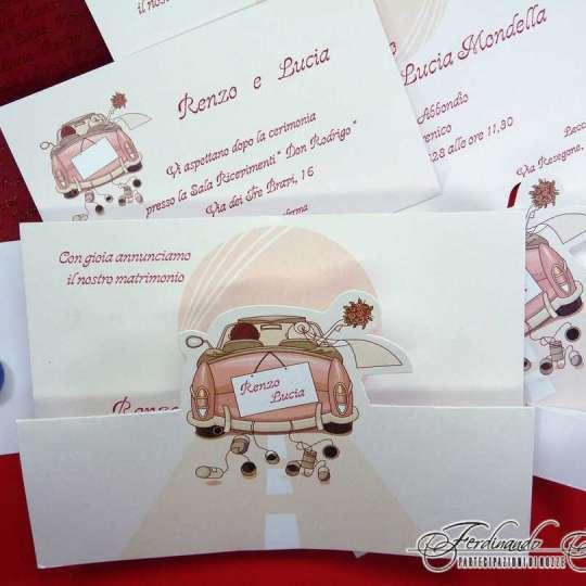 Partecipazione Matrimonio su cartoncino rettangolare con sposi e auto F1190